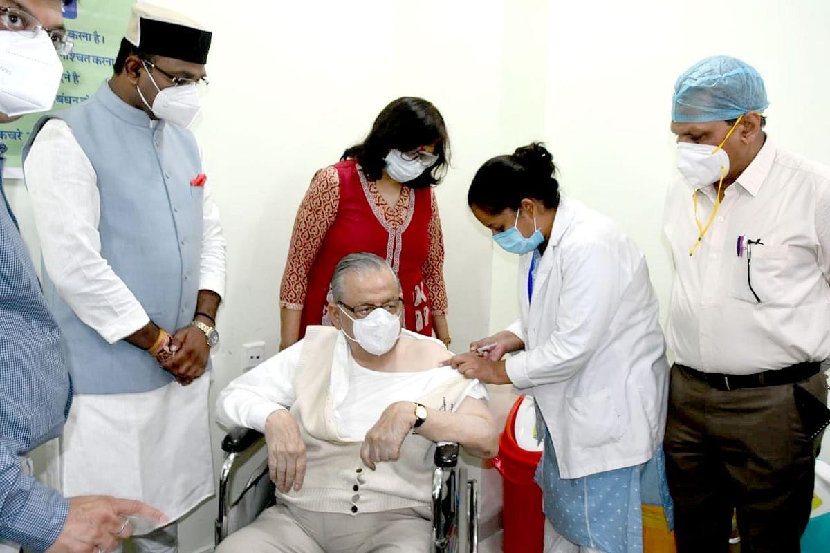 चिकित्सा शिक्षा मंत्री सारंग की मौजूदगी में शुरू हुआ वरिष्ठों का वैक्सीनेशन