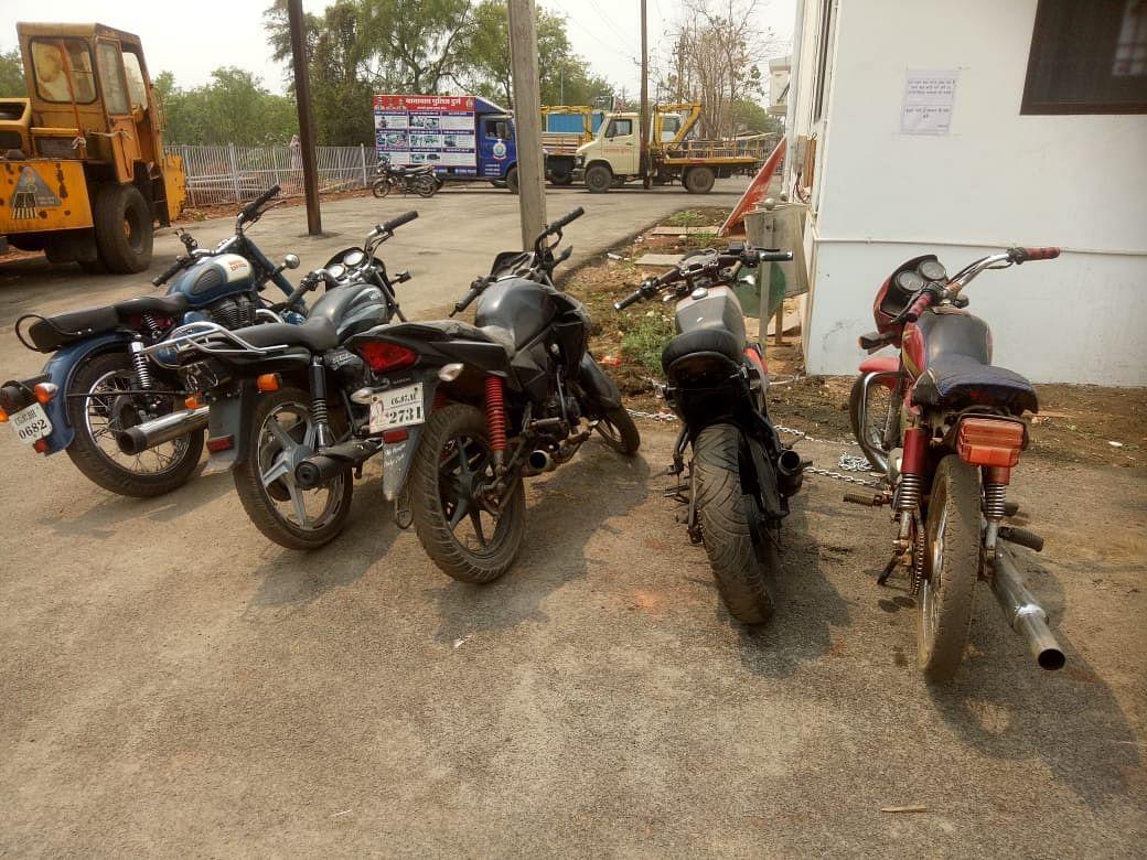 दुर्ग : सड़क पर हुड़दंग करने वाले 12 मनचलों की मोटरसाइकिल जब्त, 15 हजार तक हुआ चालान