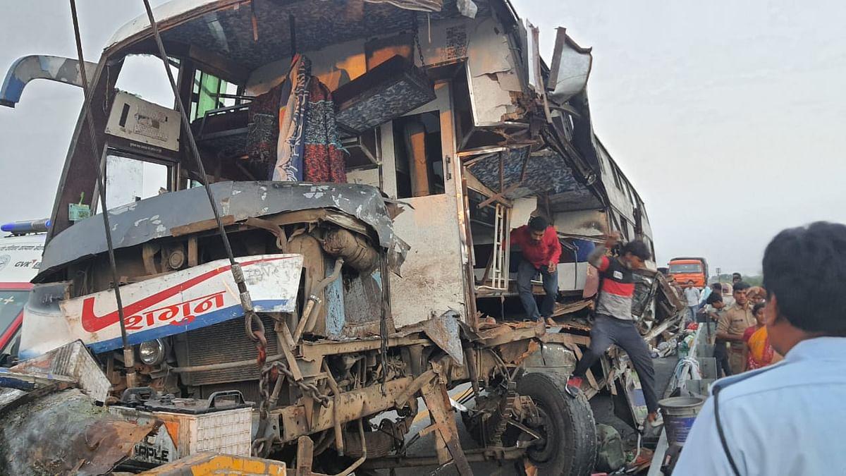फिरोजाबाद : गुड़गांव से पश्चिम बंगाल जा रही डबल डेकर बस खड़े ट्रक से टकराई, 12 यात्री घायल