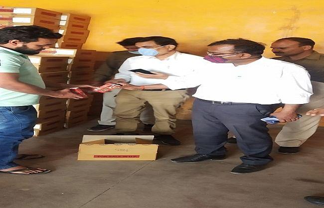 बलिया : आबकारी विभाग की छापेमारी में कच्ची शराब बेच रहे दो युवक गिरफ्तार