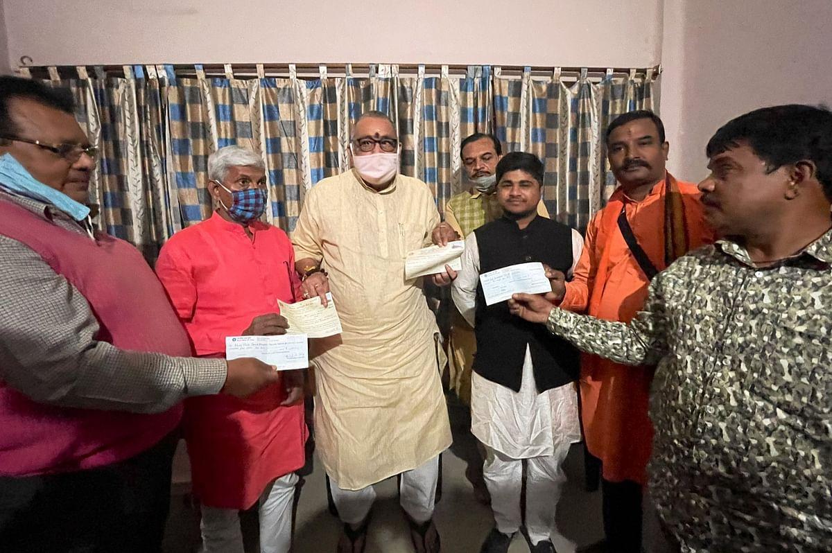 गिरिराज सिंह ने निधि समर्पण टीम को सौंपे दो लाख के चेक