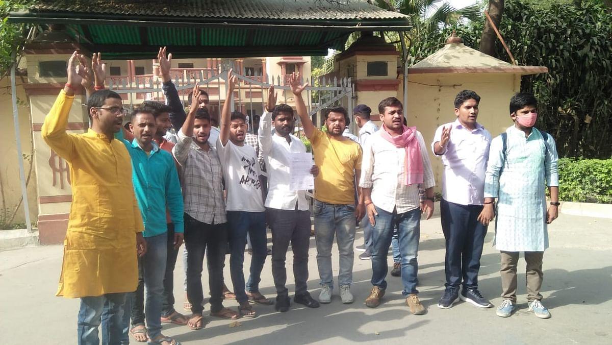 बीएचयू में नीता अंबानी को विजिटिंग प्रोफेसर बनाने के प्रस्ताव का विरोध,छात्रों ने दिया धरना