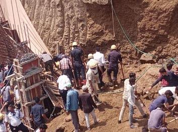 सूरत : मोटा वराछा में दीवार गिरने से आठ श्रमिक दबे, बचाव कार्य जारी, एक की मौत