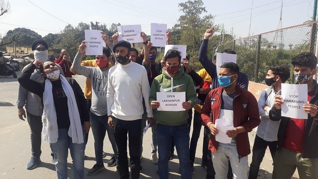 यूनाइटेड फ्रंट कठुआ के सदस्यों ने लखनपुर में स्थापित कॉरिडोर को हटाने की मांग की