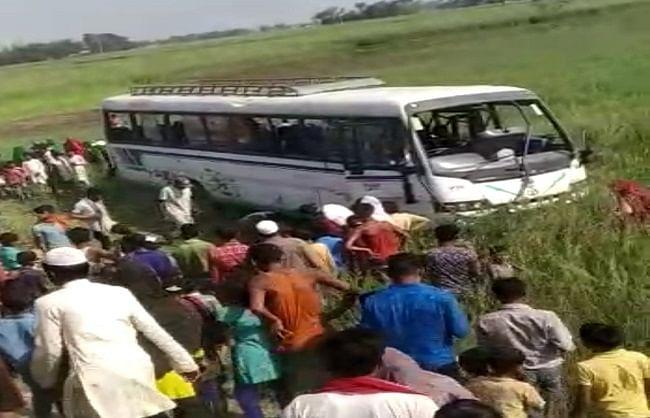 यात्रियों से भरी बस पलटी, तीन की मौत