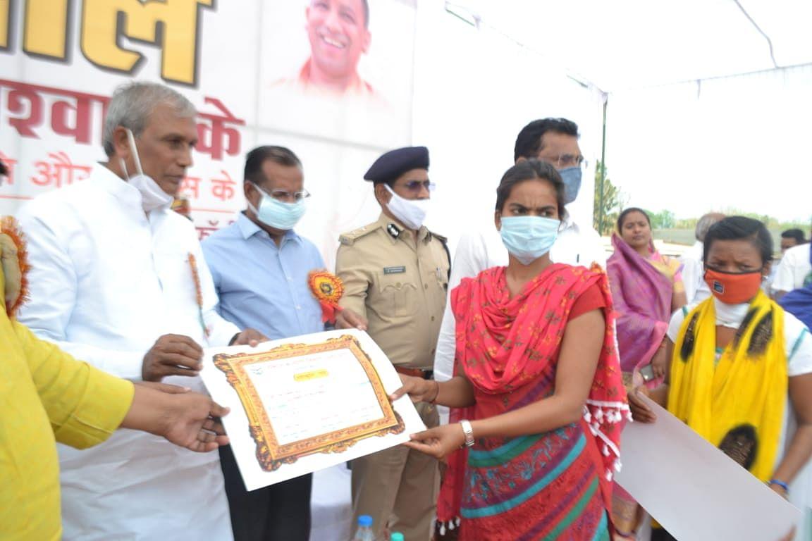 बुन्देलखण्ड एक्सप्रेस-वे बन रहा, गंगा एक्सप्रेस-वे का निर्माण शीघ्र शुरू होगा : कृषि राज्यमंत्री