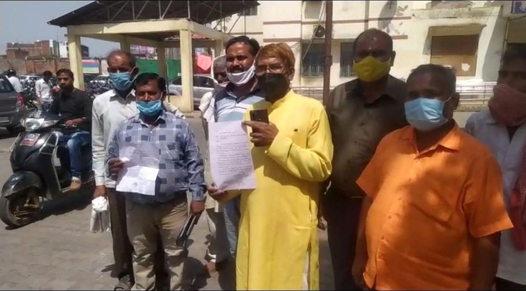 आगरा : टोरंट से नाराज ग्रामीण डीएम कार्यालय शिकायत लेकर पहुंचे
