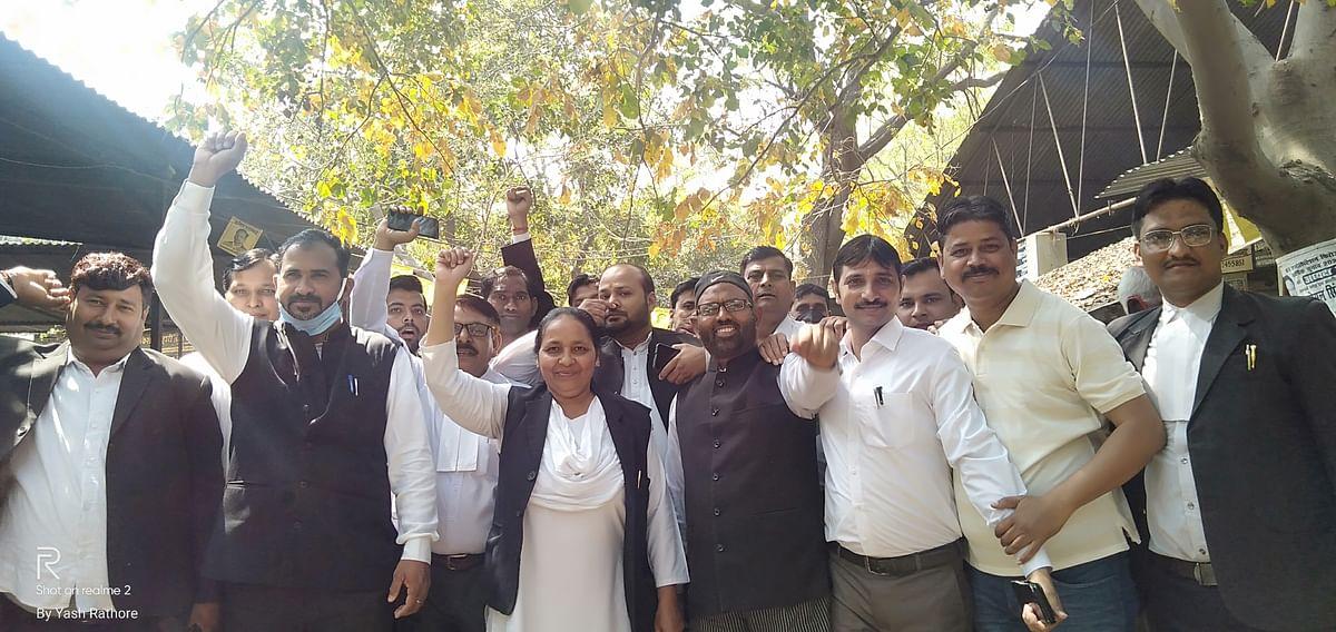 अधिवक्ता को जेल भेजने के विरोध में अधिवक्ताओं ने की हड़ताल