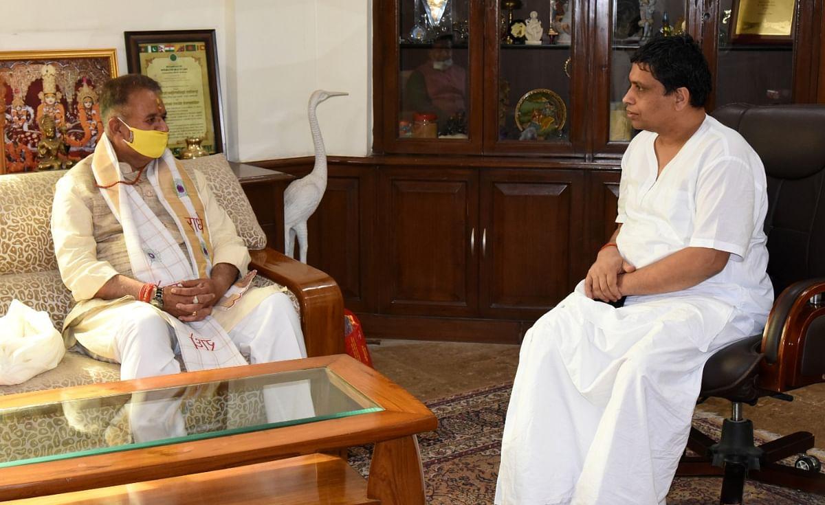 मंत्री गणेश जोशी पहुंचे पतंजलि योगपीठ, स्वामी रामदेव और आचार्य बालकृष्ण से की राज्य के विकास पर चर्चा