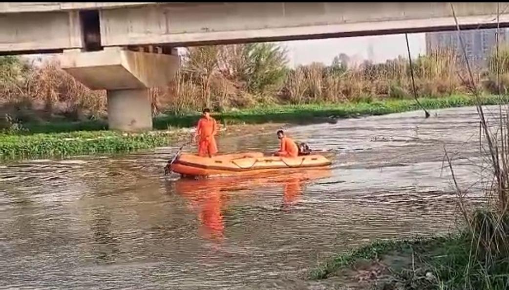 हिंडन नदी में डूबे दो भाईयों की तलाश में जुटी एनडीआरएफ, दो को बचाया गया