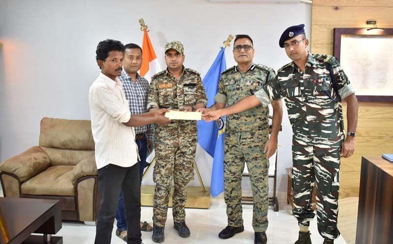 बीजापुर : दो स्थाई वारंटी मिलिशिया सदस्य ने किया आत्मसमर्पण