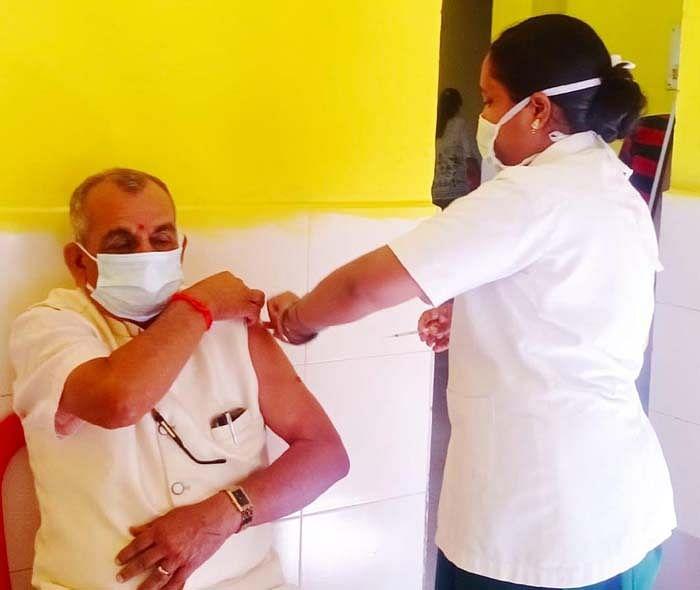 जगदलपुर : आयुर्वेदिक अस्पताल में दूसरे चरण का टीकाकरण प्रारंभ