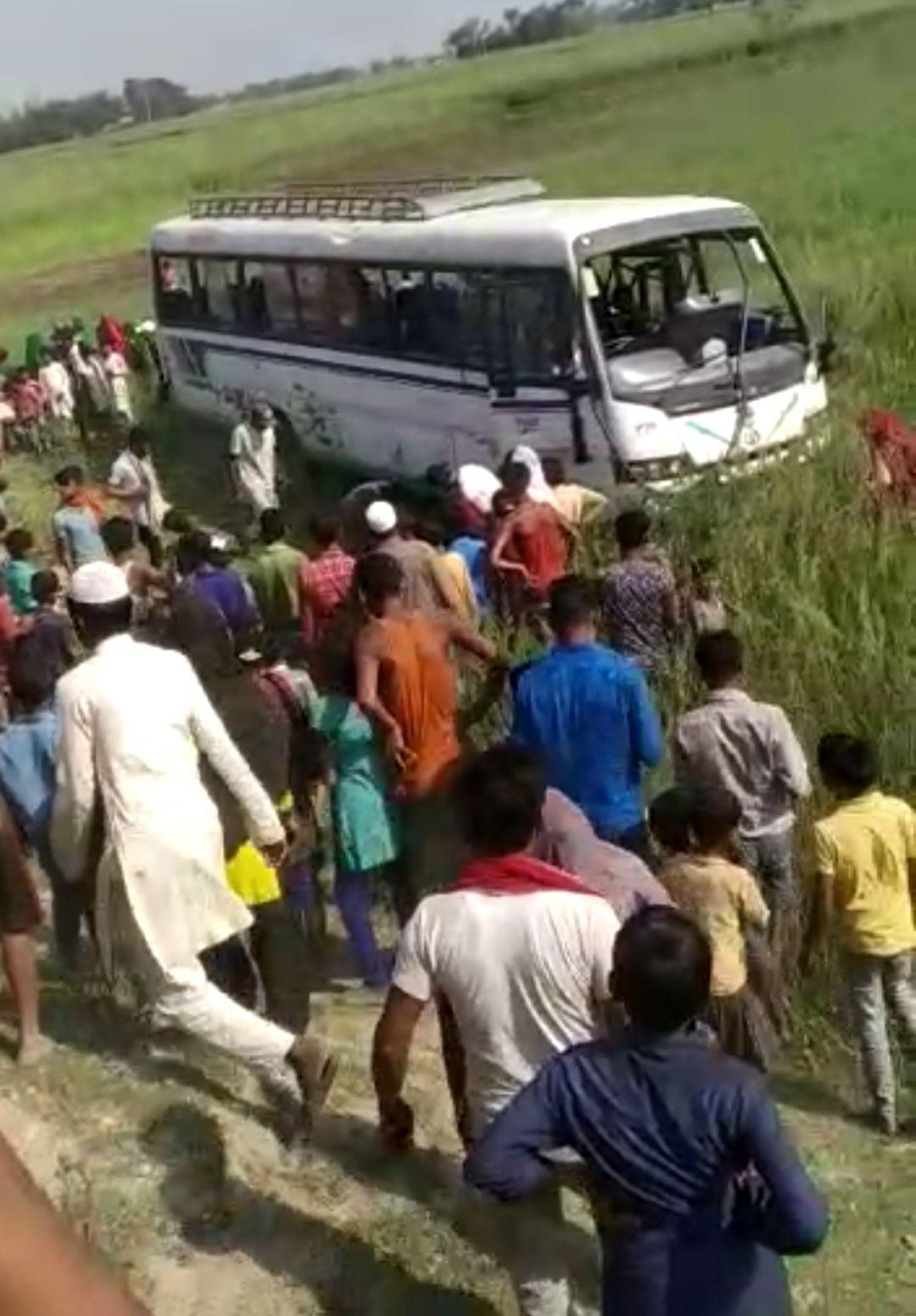 यात्रियों से भरी बस पलटी,  तीन की मौत,कई घायल
