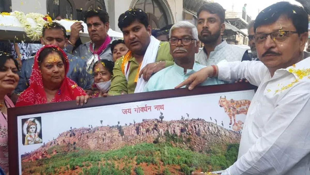 कान्हा की नगरी पहुची राजस्थान की पूर्व मुख्यमंत्री वसुंधरा राजे, गिर्राज जी के दर्शन कर मांगी मनौती
