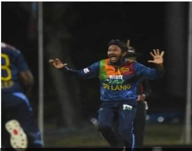 अकीला धनंजय ने बनाया अनोखा रिकॉर्ड, एक ही मैच में छह छक्के खाने और हैट्रिक विकेट लेने वाले बने पहले गेंदबाज