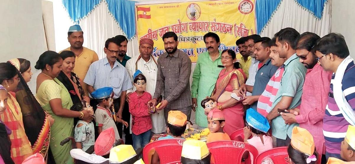 राष्ट्रीय जन उद्योग व्यापार संगठन के राष्ट्रीय महामंत्री शानू ने गरीब बच्चों को बांटी पिचकारी