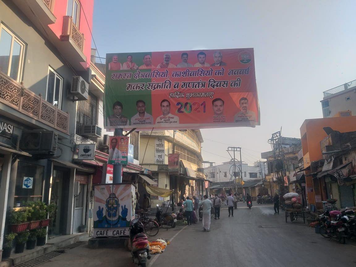 सड़कों पर लगे मार्ग संकेतक बोर्ड पर नेताओं के पोस्टर, पर्यटकों को हो रही समस्या