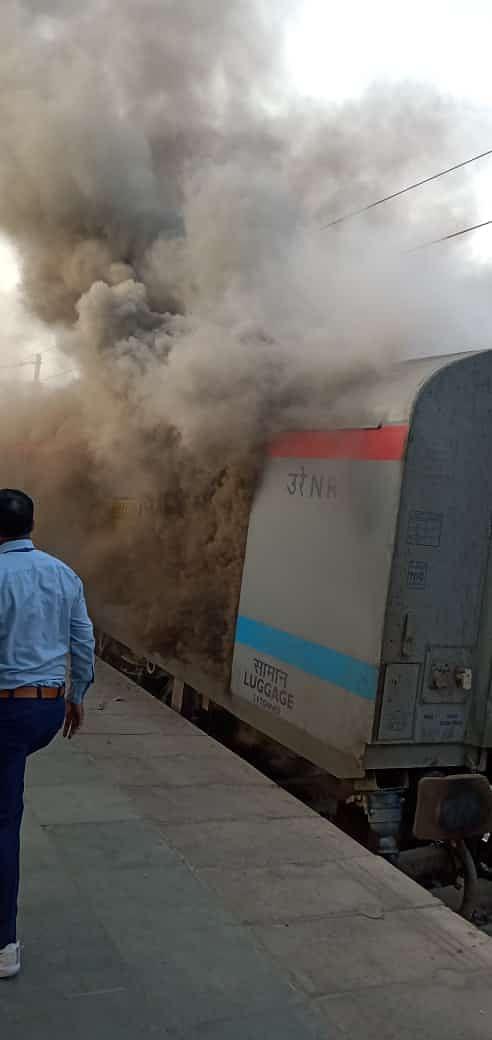 शताब्दी एक्सप्रेस की पार्सल बोगी में आग, यात्री बाल-बाल बचे (लीड-1))