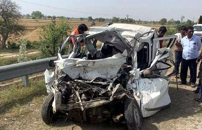 मथुरा : यमुना एक्सप्रेसवे पर डिवाइडर से टकराई कार, रोडवेज ने रौंदा, तीन की मौत
