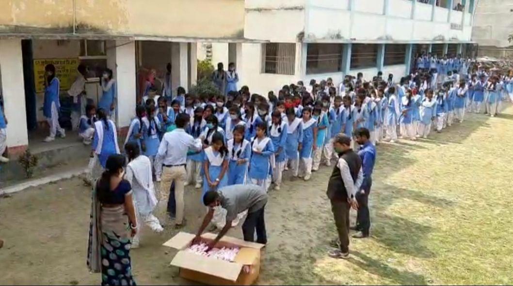 स्कूली छात्राओं के बीच वितरित किये गए सेनेटरी नेपकिन