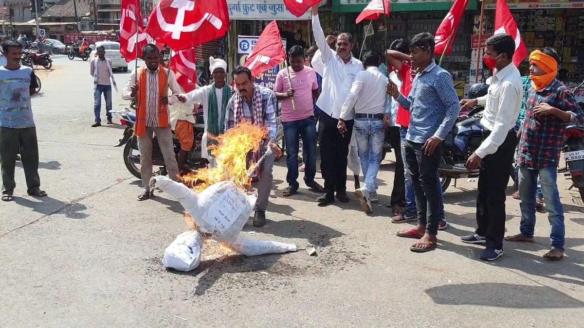 कोण्डागांव : सीपीआई ने महंगाई का पुतला दहन कर बढ़ती महंगाई का किया विरोध