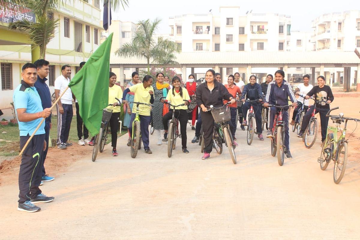 कोंडागांव : महिला दिवस अभिव्यक्ति के समापन पर पुलिस लाइन से महिलाओं ने निकाली साइकिल रैली
