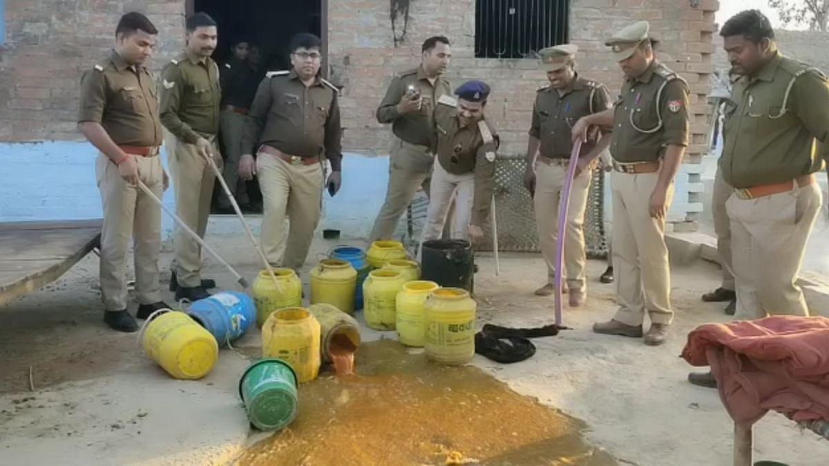 फतेहपुर : पुलिस-आबकारी टीम ने की छापेमारी की कार्रवाई, 4 कुंतल बरामद लहन किया नष्ट