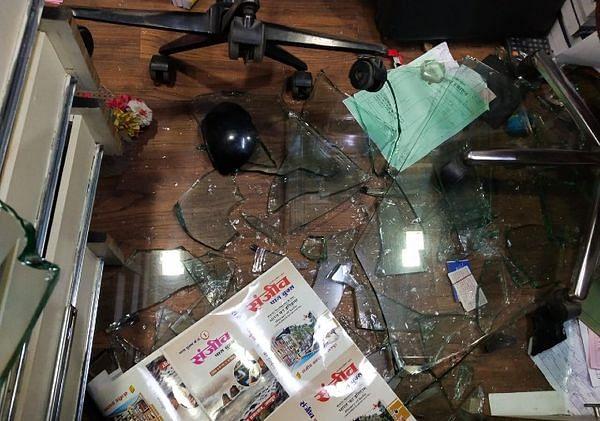 संजीव पब्लिकेशन कार्यालय पर समुदाय विशेष के लोगों ने बोला हमला
