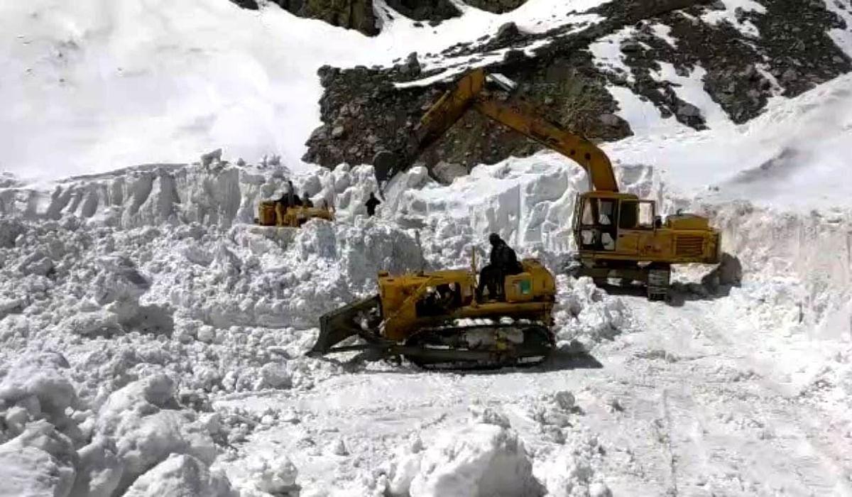 बीआरओ सीमा क्षेत्र की सड़क से बर्फ हटाने में जुटा