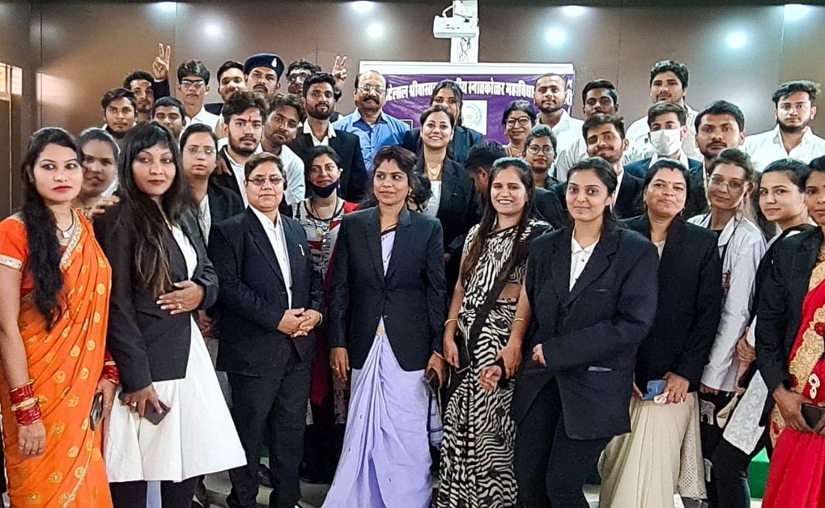 धमतरी : छात्र-छात्राओं ने आभासी कोर्ट लगाकर किया प्रदर्शन, हत्या के मामले पर की बहस