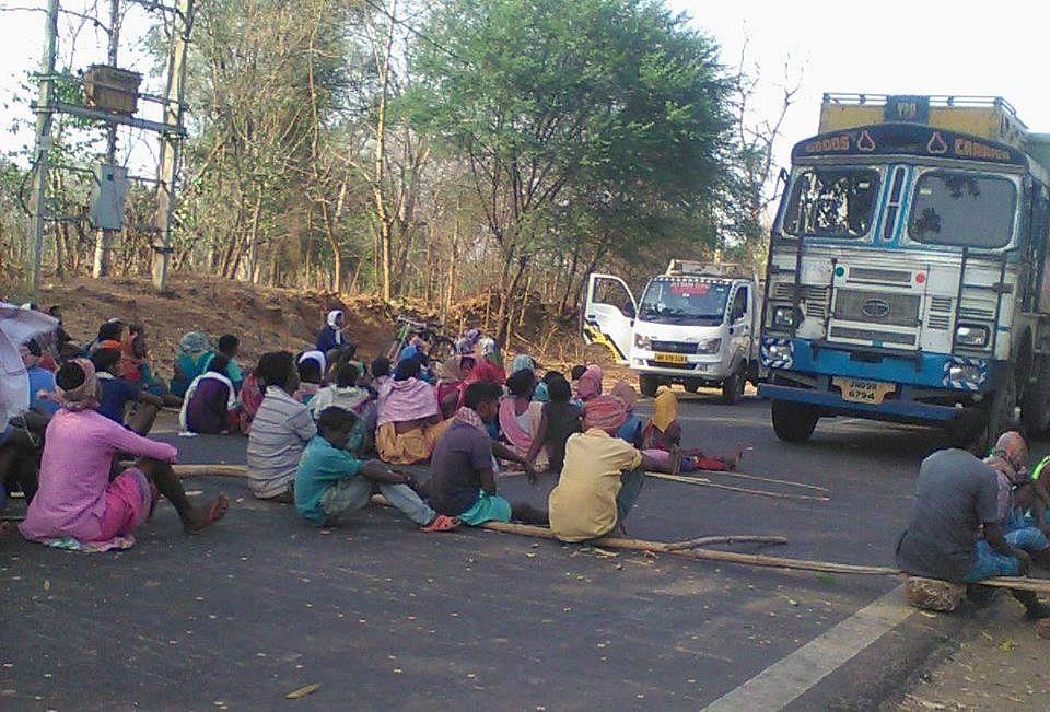 हत्यारों की गिरफ्तारी की मांग को लेकर ग्रामीणों का रोड जाम