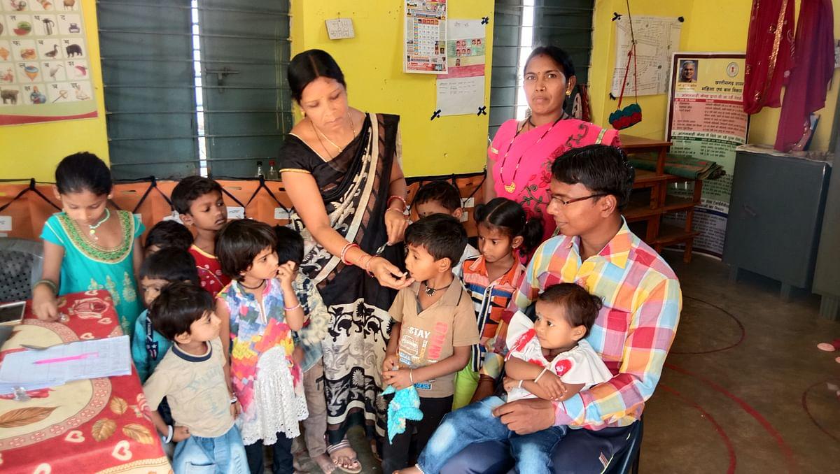 धमतरी : बच्चों को खिलाई जा रही एल्बेंडाजोल की गोली