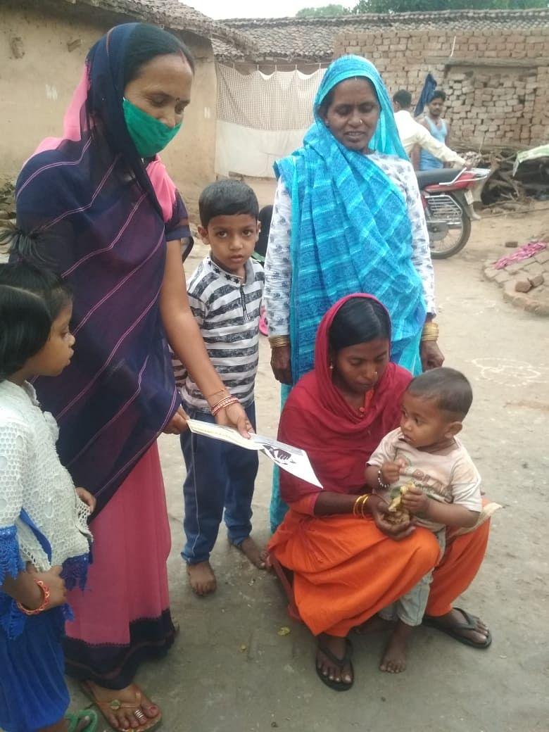 आंगनबाड़ी सेविकाओं ने पोषण के पांच सूत्रों के प्रति ग्रामीणों को किया जागरूक