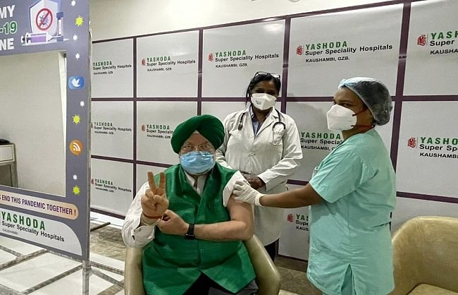 केन्द्रीय मंत्री हरदीप सिंह पुरी ने लगवाया कोरोना से बचाव का टीका