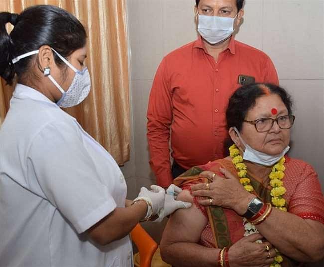 कानपुर की प्रथम महिला प्रमिला पाण्डेय के साथ बुजुर्गों का हुआ वैक्सीनेशन