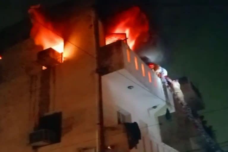 राजौरी गार्डन में एक घर में लगी आग, दमकलकर्मियों ने 3 लोगों की बचाई जान