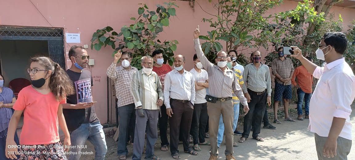 रहवासी क्षेत्र में कोविड सेंटर बनाने से रहवासियों में आक्रोश, जताया विरोध