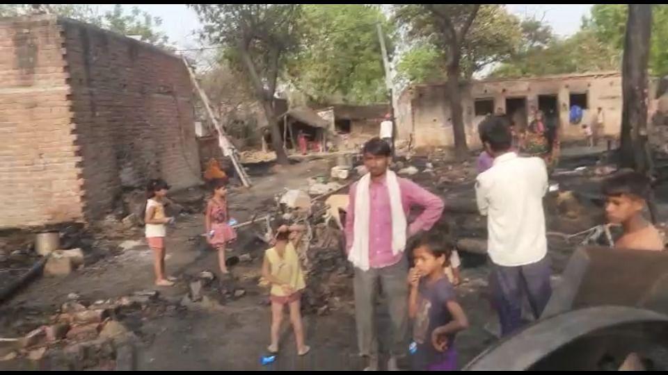 घर से निकली चिंगारी, 15 घर जले, लाखों का सामान स्वाहा
