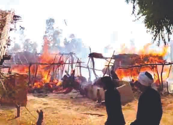 हलजोरा गांव में भयंकर आग, कई झोपड़ियां राख