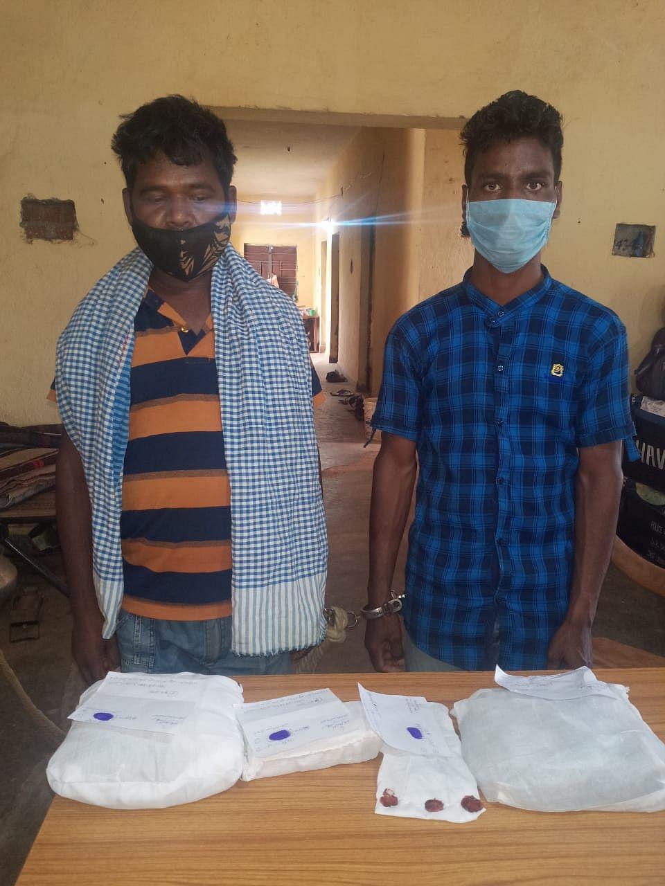 खूंटी : 1.81 लाख नकद और ढाई किलो अफीम के साथ दो तस्कर गिरफ्तार