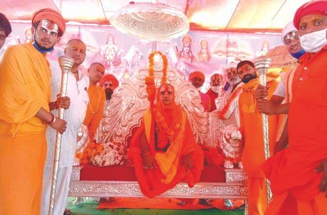 महंत रामदास बने अयोध्या पीठ के जगद्गुरु रामानंदाचार्य, हैलीकाॅप्टर से हुई पुष्पवर्षा