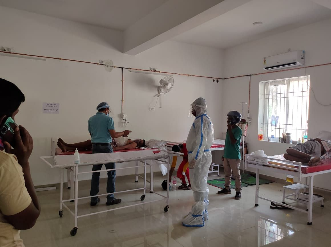 मरीजों से मिलने ट्रामा सेंटर पहुंचे भाजयुमो नेता नीरज प्रताप सिंह