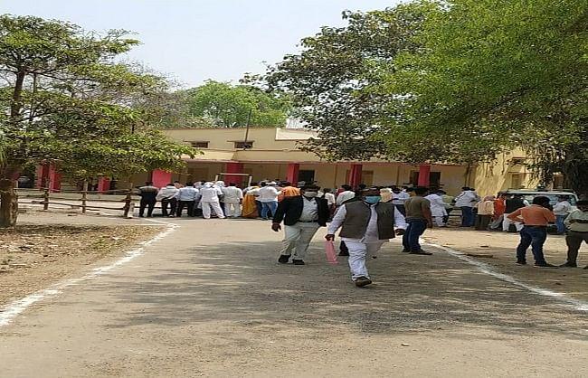 वाराणसी : त्रिस्तरीय पंचायत चुनाव में नामांकन प्रकिया शुरू, ब्लाक मुख्यालय गुलजार