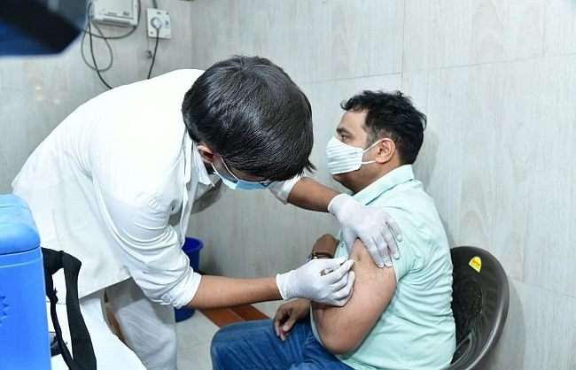show-solidarity-in-fight-with-corona-get-rahul-akhilesh-also-vaccinated-shrikant-sharma