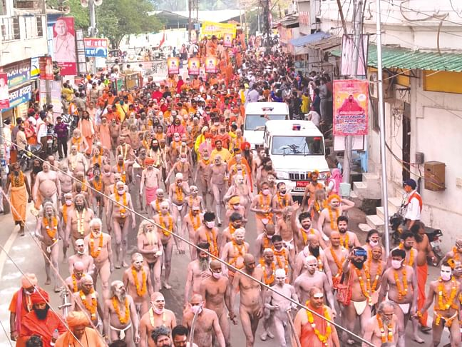 update-kumbh-lakhs-of-devotees-took-dip-in-ganga-on-second-shahi-snan-flower-showers-by-helicopter