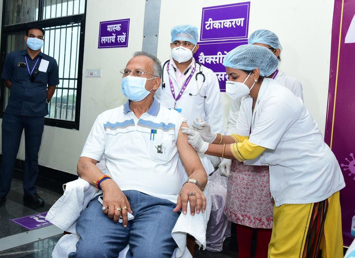 रायपुर : गृह मंत्री ने अपनी धर्मपत्नी के साथ लिया कोरोना वैक्सीन का पहला डोज