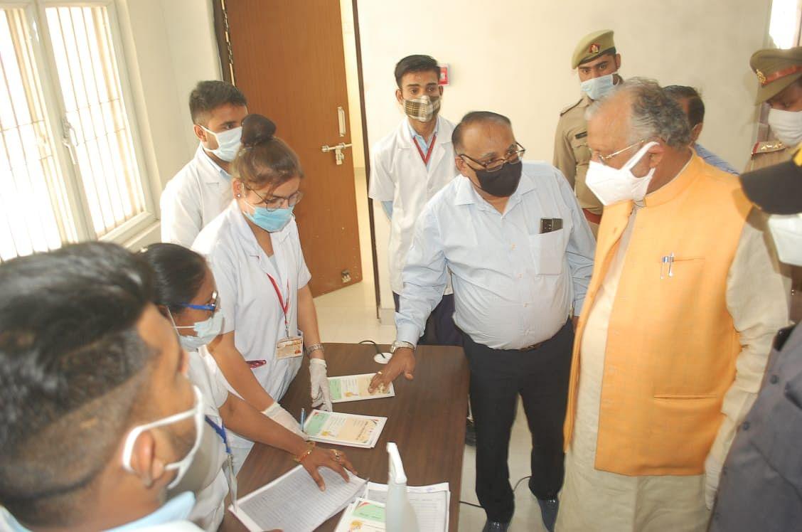 मेडिकल कॉलेज में अव्यवस्थाओं पर भड़के चिकित्सा शिक्षा मंत्री सुरेश खन्ना