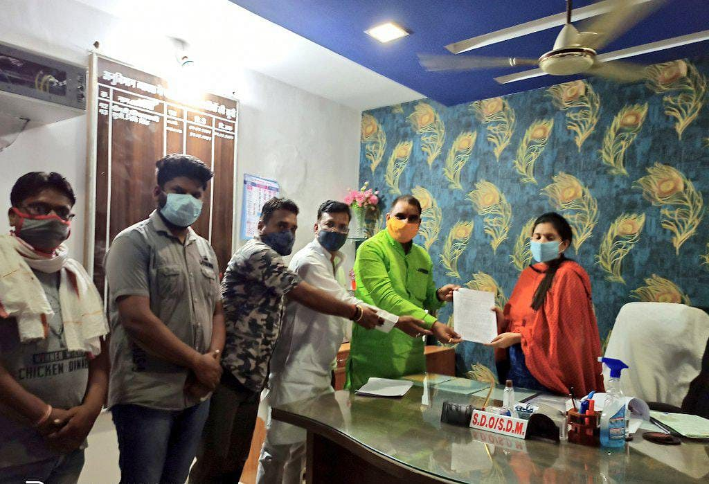 निजी स्कूल संचालक द्वारा किए जा रहे प्रवेश निरस्त, अभिभावकों ने एसडीएम को सौंपा ज्ञापन