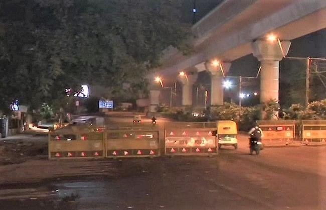 दिल्ली में लगा 56 घंटे का वीकेंड कर्फ्यू, सड़कें हुईं सूनी