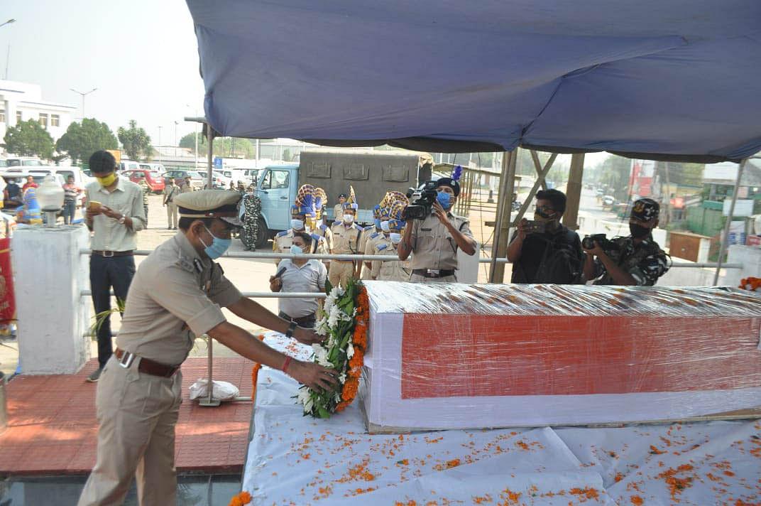 माओवादी हमले में शहीद जवान शंभू रॉय के पार्थिव शरीर को त्रिपुरा हवाई अड्डे पर दी गई श्रद्धांजलि